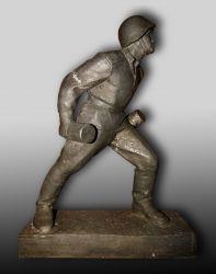 Солдат с гранатой